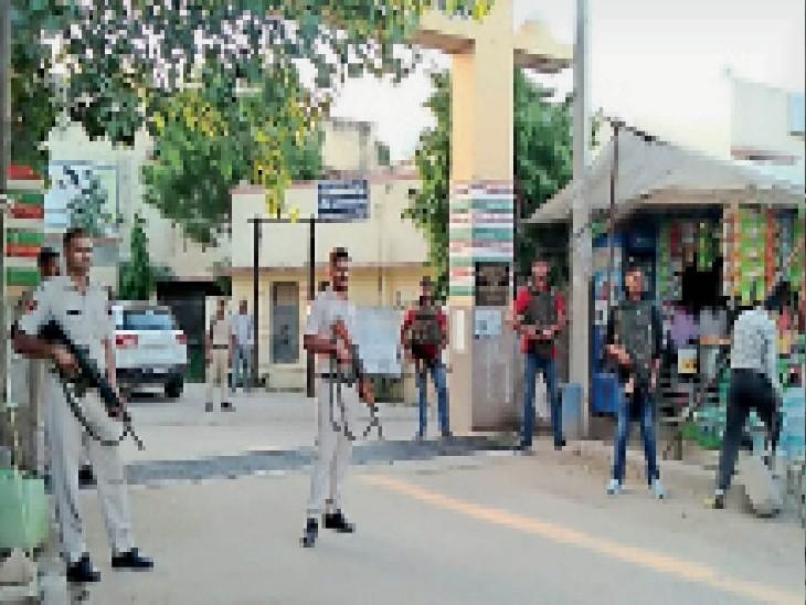 चिड़ावा. हार्डकोर अपराधी पपला गुर्जर के स्वास्थ्य परीक्षण के दौरान सीएचसी के प्रवेश द्वार पर तैनात हथियारबंद जवान। - Dainik Bhaskar