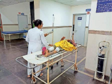 अस्पताल में भर्ती घायल महिला। - Dainik Bhaskar