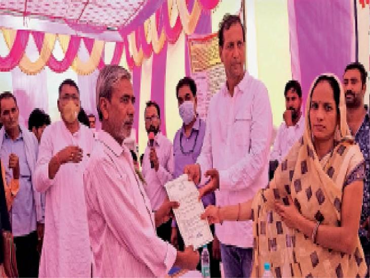 बड़ागांव. ग्रामीणों को पट्टे वितरित करते हुए विधायक गुढ़ा व प्रधान माया देवी। - Dainik Bhaskar