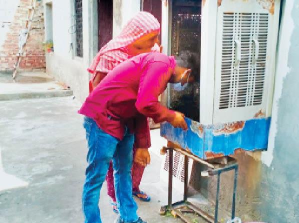 लारवा चेक करती स्वास्थ्य विभाग की टीम। - Dainik Bhaskar