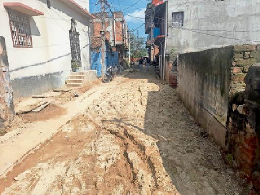 मेटल-डस्ट के बदले पीसीसी सड़क पर संवेदक द्वारा डाली गई 6 इंच मोटी मिट्टी। - Dainik Bhaskar