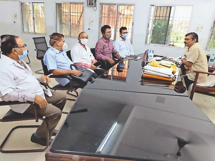 मायागंज में अधीक्षक और डॉक्टरों के साथ बैठक करते एनएमसी सदस्य डाॅ. अरविंद त्रिवेदी। - Dainik Bhaskar