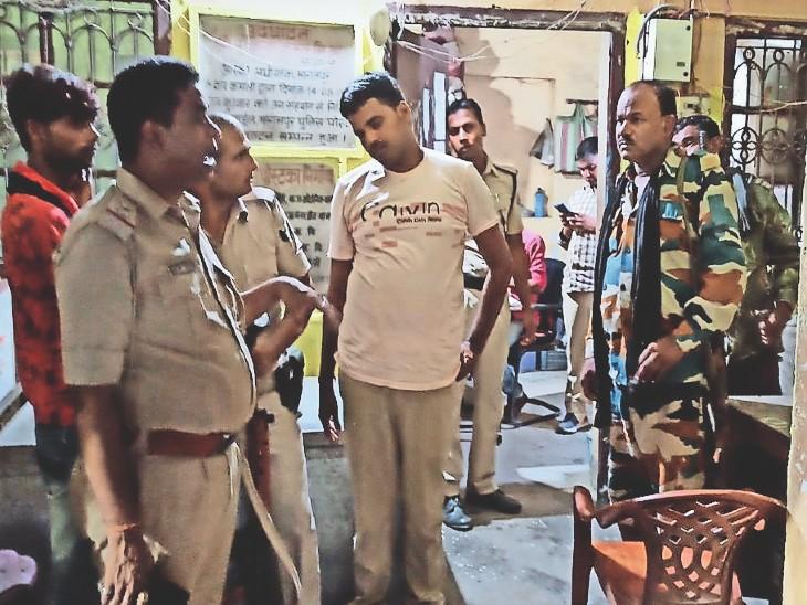 मारपीट की घटना जानकारी लेते जीरोमाइल थानेदार राज कुमार प्रसाद। - Dainik Bhaskar