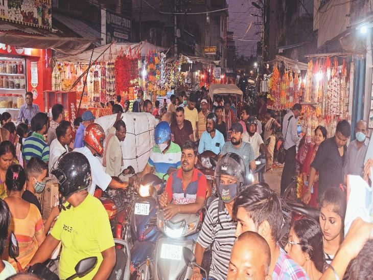 बुधवार को सूजागंज बाजार में पूजा के सामान की खरीदारी को उमड़े लोग। - Dainik Bhaskar