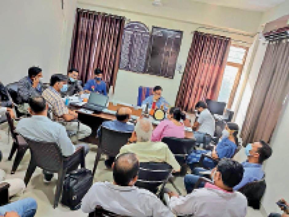 एड्स कंट्राेल साेसायटी की टीम ने सीएमएचओ के साथ बैठक की। - Dainik Bhaskar