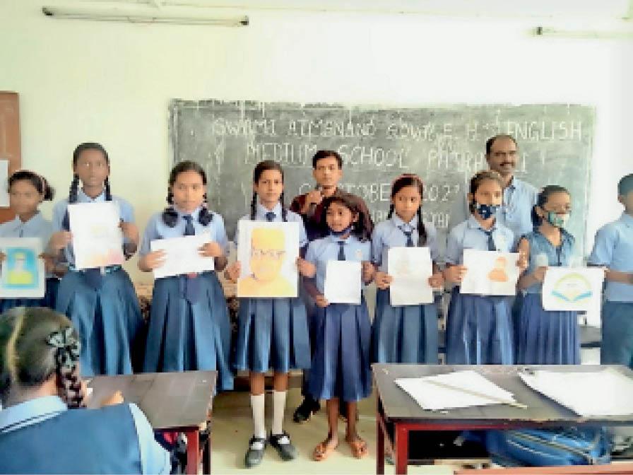 पढ़ाई तुहर दुवार कार्यक्रम में बनाई पेटिंग दिखाती छात्राएं। - Dainik Bhaskar
