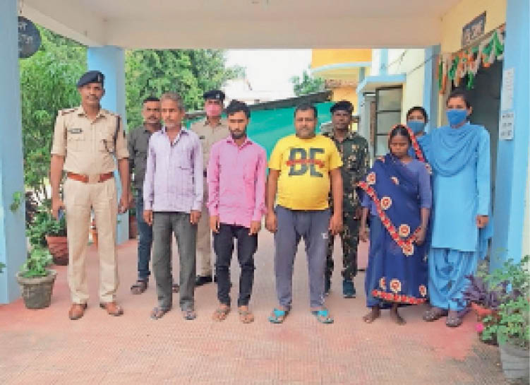 पुलिस टीम के साथ झारखंड से पकड़े गए ऑनलाइन ठगी करने वाले आरोपी। - Dainik Bhaskar