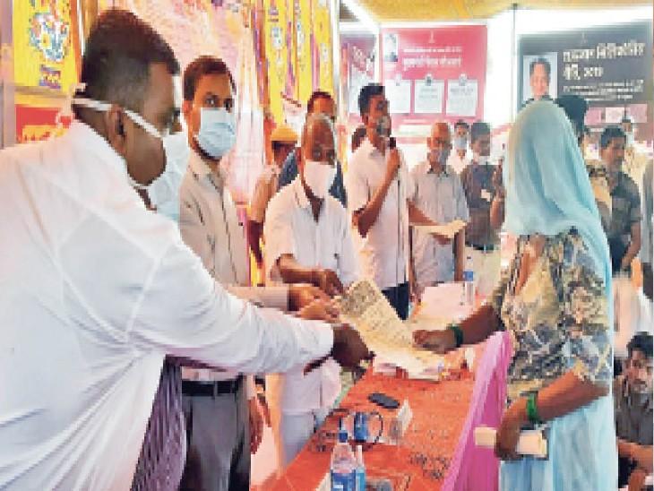 बाड़मेर. प्रशासन गांवों के संग ग्रामीणों को पट्टे वितरण करते कलेक्टर व विधायक। - Dainik Bhaskar