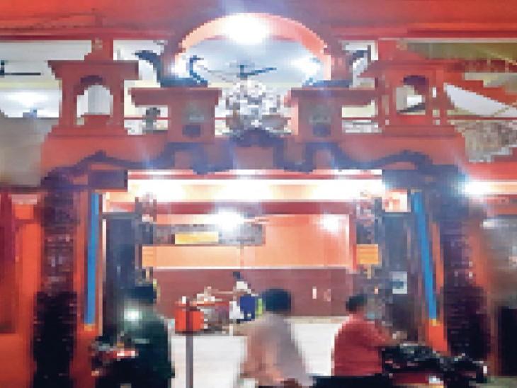 जैसा कि मंदिर के बारे बड़ा लाल मृत्युंजय नाथ शाहदेव के परपाेते 70 वर्षीय बड़ा लाल गाेविंदनाथ शाहदेव ने भास्कर काे बताया। - Dainik Bhaskar