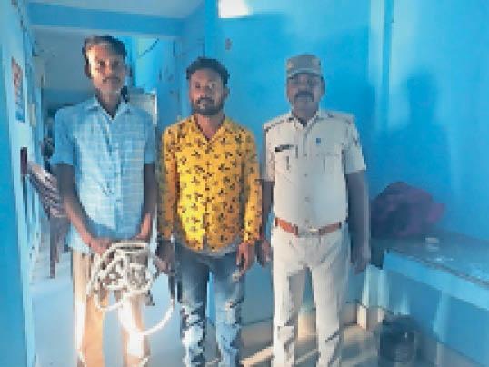 पुलिस की गिरफ्त में जाली नोट का कारोबारी। - Dainik Bhaskar