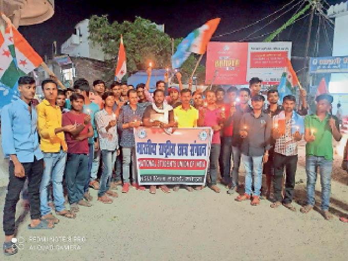 कॉलेज चौक पर कैंडल जलाकर मृत किसानों को श्रद्धांजलि अर्पित करते एनएसयूआई कार्यकर्ता। - Dainik Bhaskar
