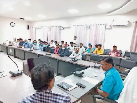 टीकाकरण कार्य को लेकर समीक्षा बैठक करते डीएम। - Dainik Bhaskar