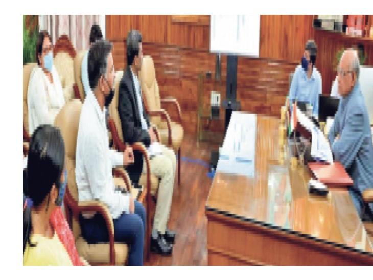 राजभवन में स्कूली शिक्षा विभाग के पदाधिकारियों के साथ बैठक करते राज्यपाल रमेश बैस। - Dainik Bhaskar