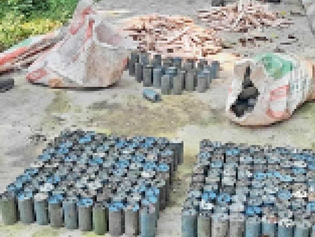 बरामद किए गए विस्फोटक - Dainik Bhaskar