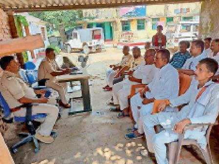 शांतिसमिति की बैठक में उपस्थित अधिकारी व जनप्रतिनिधि। - Dainik Bhaskar