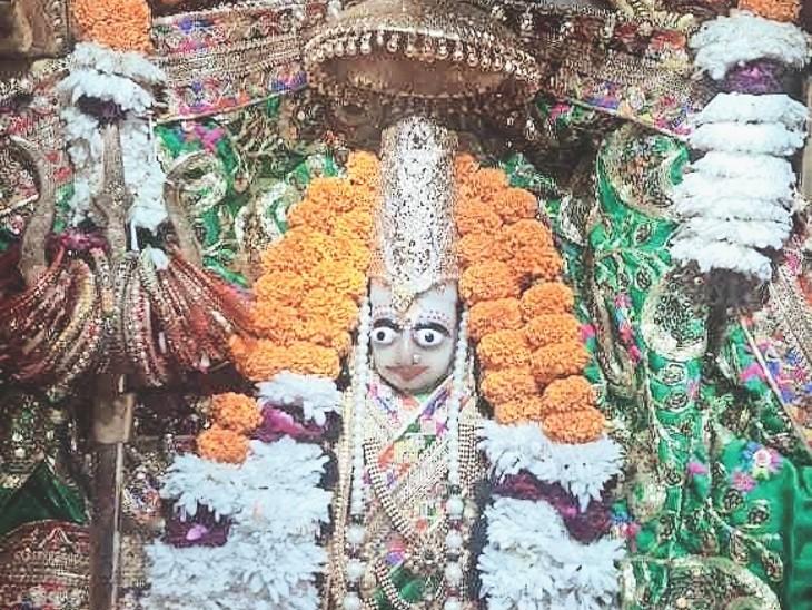 श्री देवी मंदिर में सजी मां की मूर्ति।फाेटाे   नवीन मिश्रा - Dainik Bhaskar