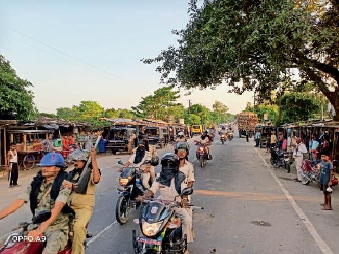भयमुक्त वातावरण में मतदान को लेकर फ्लैग मार्च करती पुलिस। - Dainik Bhaskar