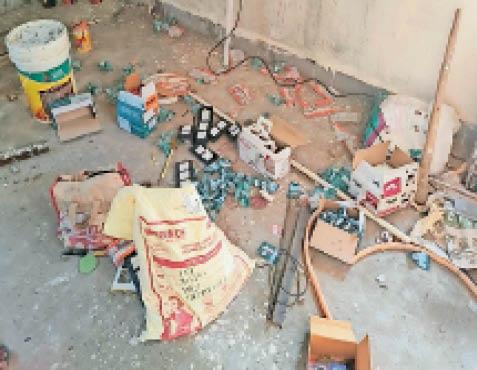 सिकराय| अस्पताल के ऑक्सीजन प्लांट में चोरी के बाद बिखरा सामान। - Dainik Bhaskar