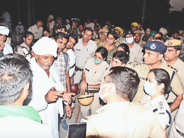 भाजपा विधायक कमल गुप्ता के आवास से कुछ दूर बालसमंद रोड पर ज्ञान केंद्र के बाहर बुधवार शाम 6:30 बजे किसान टेंट लगाने की तैयारी करने लगे। इस दौरान पुलिस के साथ बहस हुई। - Dainik Bhaskar