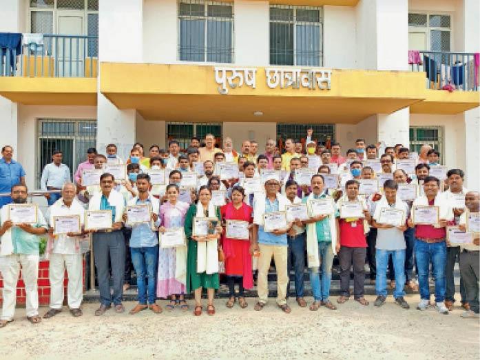 समारोह में सम्मानित कोरोना टीकाकरण प्रबंधन में लगे कर्मचारी व भाजपा नेता। - Dainik Bhaskar