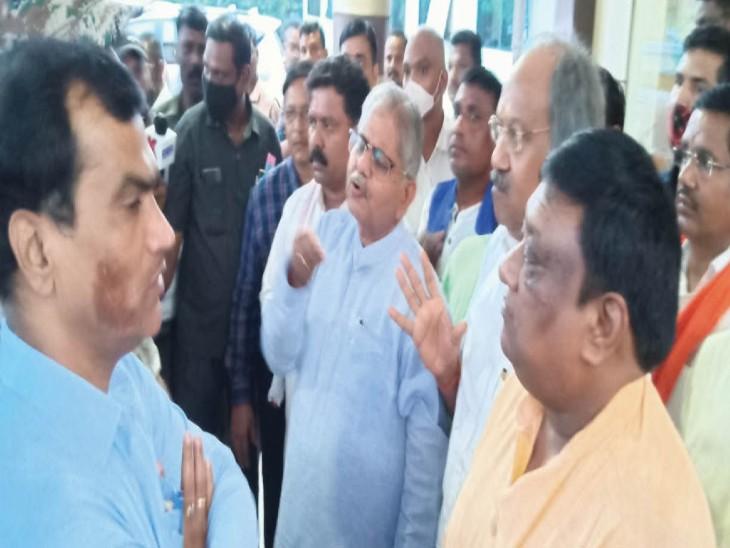 कवर्धा के सर्किट हाउस के बाहर भाजपा नेताओं को जिले के हालात की जानकारी देते अधिकारी। - Dainik Bhaskar