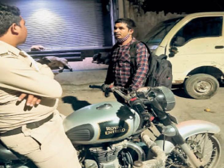 ज्वेलरी शॉप के सामने जवान ने चोर को रोका था। तस्वीर रात 2 बजे की। - Dainik Bhaskar