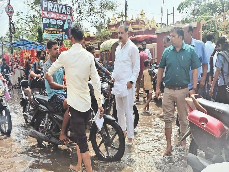 देवी मंदिर के पास मुआयना करते प्रभारी मेयर और अपर नगर आयुक्त। - Dainik Bhaskar