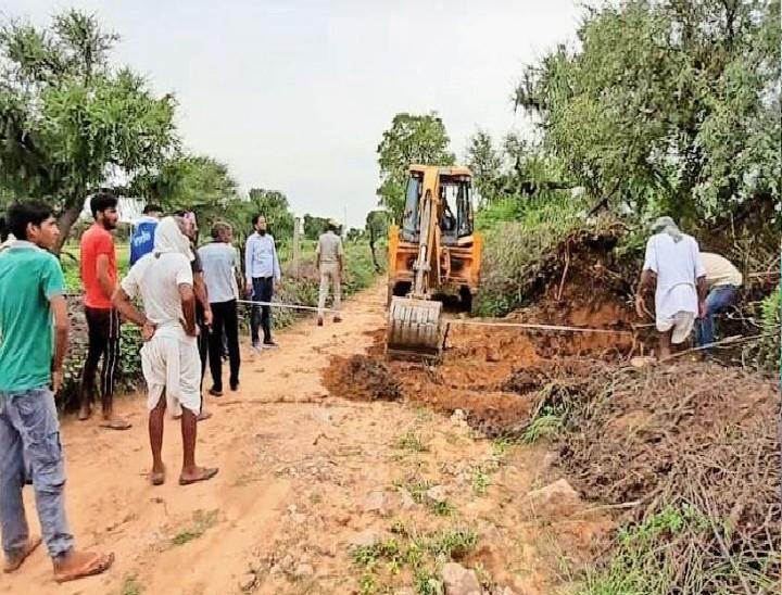 जिन किसानों के खेत मुख्य रास्तों से जुड़े नहीं हैं उन किसानों काे रास्तों के कारण अपने खेतों तक पहुंचने के लिए मुश्किलों का सामना करना पड़ता है। - Dainik Bhaskar