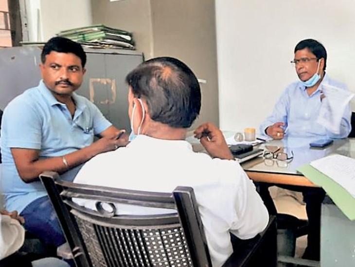 भास्कर की खबर दिखाकर कर संग्राहकों से पूछताछ करते अपर आयुक्त। - Dainik Bhaskar
