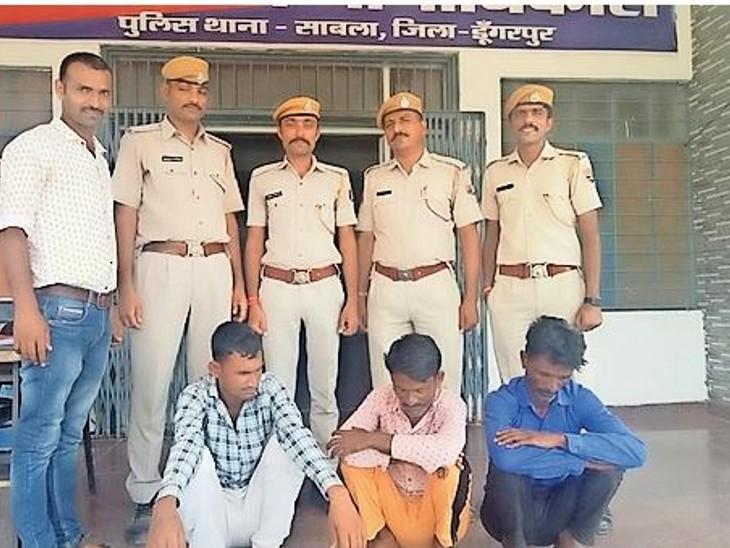 पुलिस गिरफ्त मेें ठगी करने के आराेपी। - Dainik Bhaskar