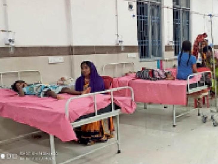 अस्पताल में भर्ती बच्चे और उनके परिजन। - Dainik Bhaskar