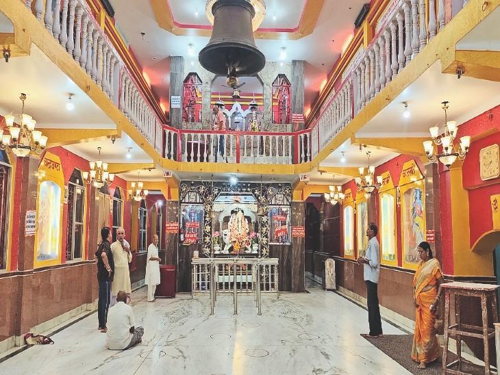 शहर के धर्मशाला चौक स्थित मां दुर्गा मंदिर का सजा दरबार, यहां शक्ति की आराधना की तैयारी हो गई है पूरी। - Dainik Bhaskar