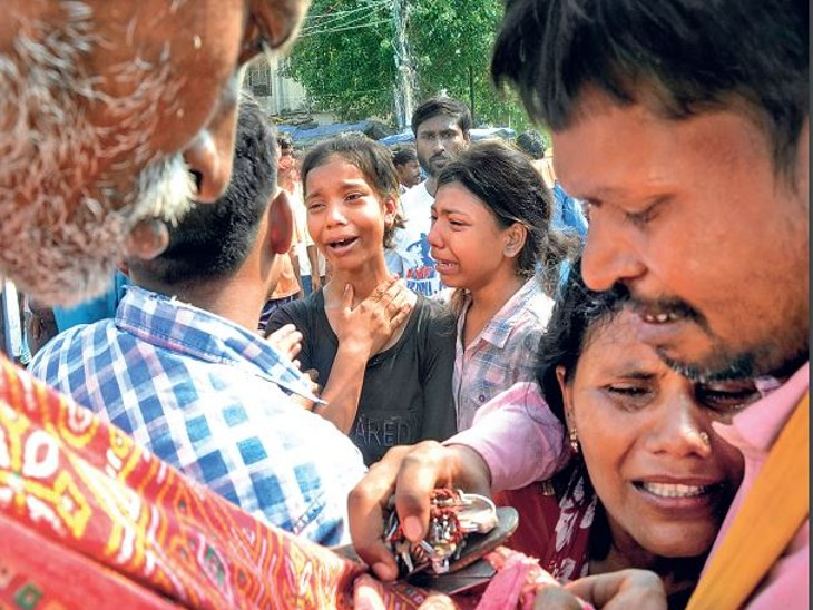 अतिक्रमण हटाने के विराेध पर लाठीचार्ज में घायल युवक की मौत, सड़क पर शव रख ठप किया आवागमन; 7 घंटे सड़क जाम, स्कूल बसें और एंबुलेंस भी फंसी रहीं|पटना,Patna - Dainik Bhaskar