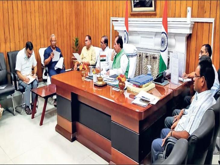 बैठक में विधानसभा अध्यक्ष विजय कुमार सिन्हा, डिप्टी सीएम तारकिशोर प्रसाद व अन्य। - Dainik Bhaskar