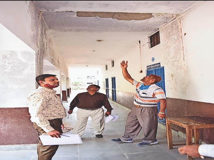 सुभाषनगर स्कूल के जर्जर भवन में विद्यार्थियों की सुरक्षा के मामले में डीईओ (मुख्यालय) माध्यमिक बंशीलाल कीर ने बुधवार को स्कूल का निरीक्षण किया। - Dainik Bhaskar