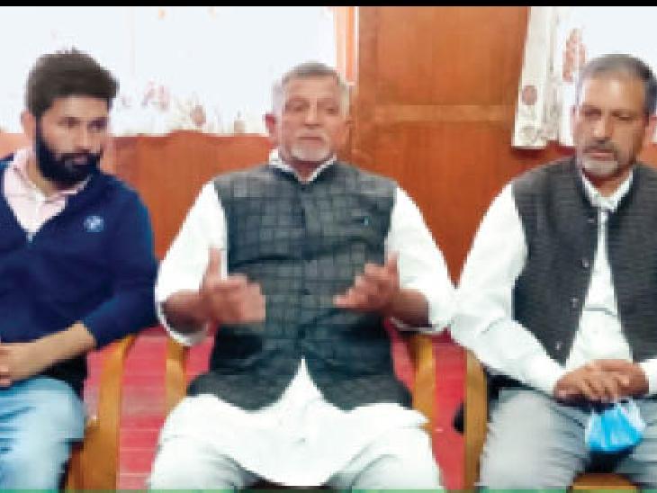 पत्रकार वार्ता में मामले की जानकारी देते बागवान राजेंद्र चौहान व अन्य। - Dainik Bhaskar