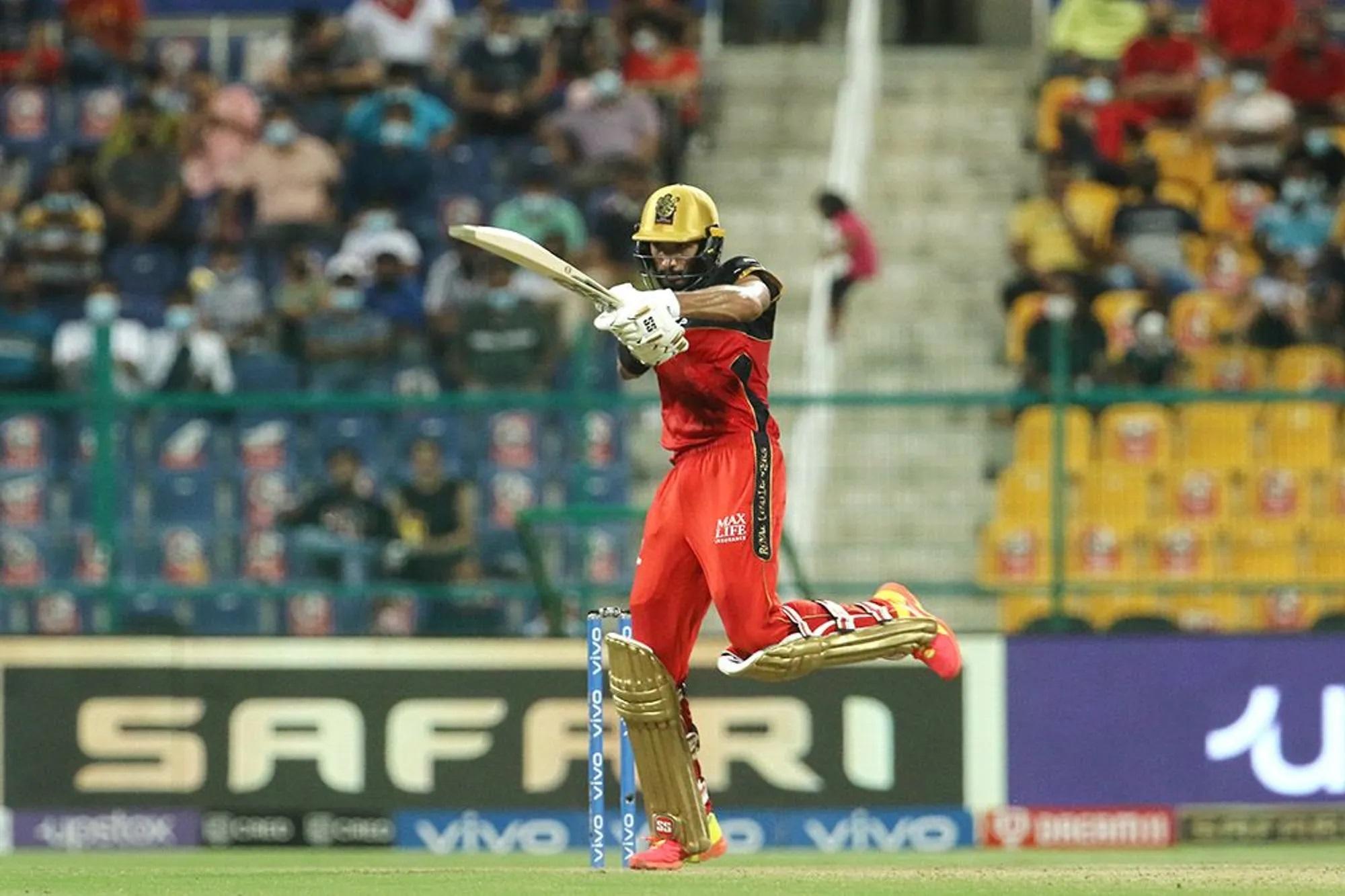 बेंगलुरु के ओपनर देवदत्त पडिक्कल जबर्दस्त फॉर्म में हैं। हर मैच में वो बेंगलुरु को तगड़ी शुरुआत दे रहे हैं। हैदराबाद के 141 रन का पीछा करने उतरी बेंगलुरु से 41 रन अकेले पडिक्कल ने बना ही दिए थे।