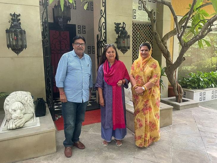 वसुंधरा राजे के साथ रणधीर सिंह भींडर और उनकी पत्नी।