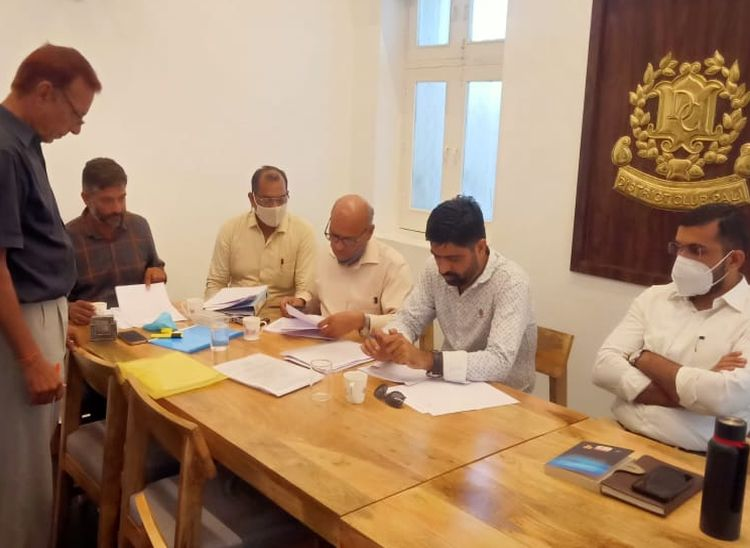 पाली के डिस्ट्रिक्ट क्लब में गुरुवार को उम्मीदवारों से नामांकन लेते चुनाव अधिकारी। - Dainik Bhaskar