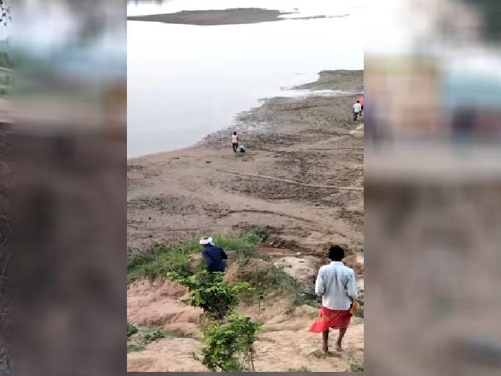 नदी किनारे माता के दर पहुंच रहे हैं भक्त