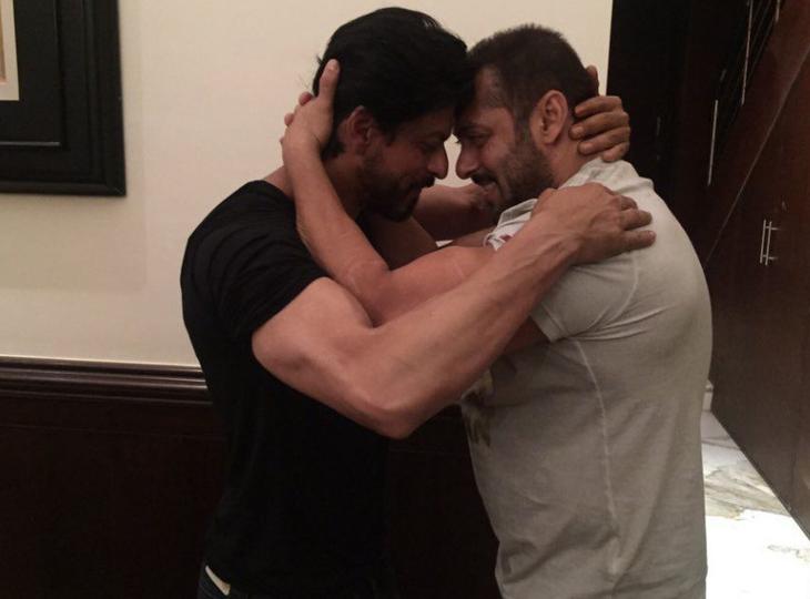 आर्यन ड्रग्स केस के बीच पुराना वीडियो वायरल, किंग खान ने कहा था-जब भी मेरा परिवार मुसीबत में होगा सलमान साथ होंगे, सल्लू ने सच कर दिखाई बात बॉलीवुड,Bollywood - Dainik Bhaskar