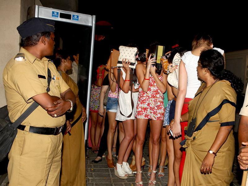 जुहू में चल रही रेव पार्टी पर मुंबई पुलिस की रेड के बाद 96 लोग हिरासत में लिए गए थे। उसमें कई युवतियां भी शामिल थीं।
