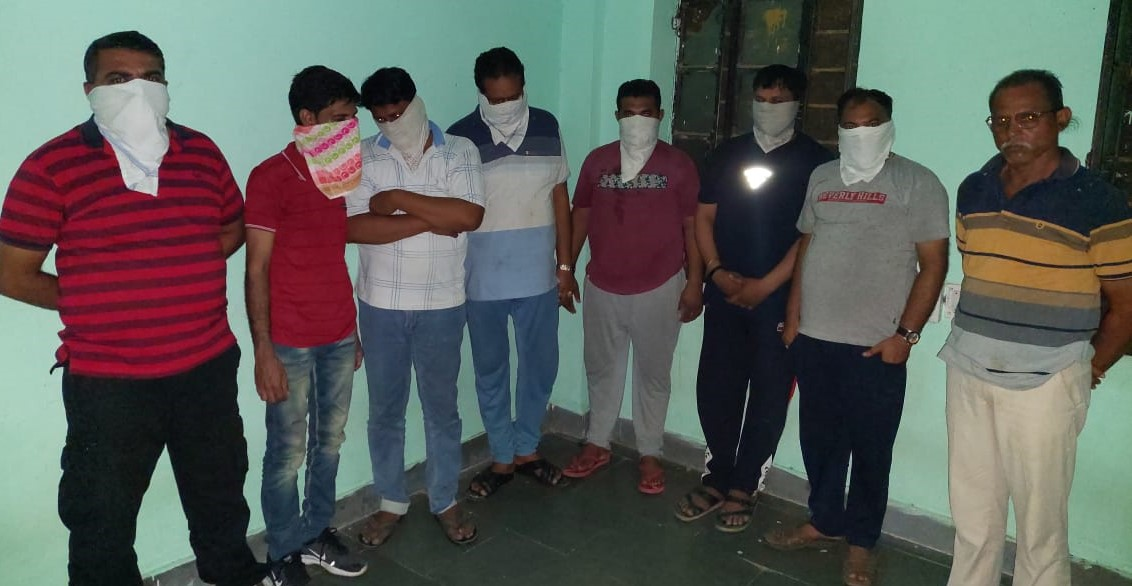 गुजरात सीमा से जुड़े छोटा डूंगरा के ढाबे में पुलिस और डीएसटी की कार्रवाई, 8 लोगों को किया गिरफ्तार|बांसवाड़ा,Banswara - Dainik Bhaskar
