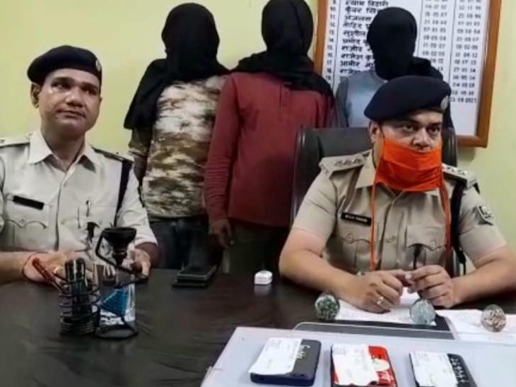 बाइक चाेर गिरोह के सदस्यों की जानकारी देते पुलिसकर्मी। - Dainik Bhaskar