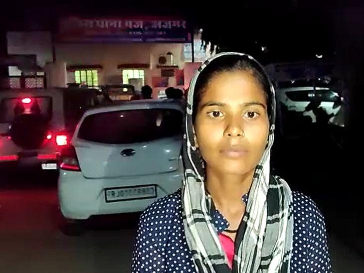 झपट्टा मार कर महिला का छीन ले गए पर्स; स्कूटर सवार दो युवक CCTV में आ रहे नजर, ATM से राशि निकाल कर लौट रहे थे दम्पती|अजमेर,Ajmer - Dainik Bhaskar
