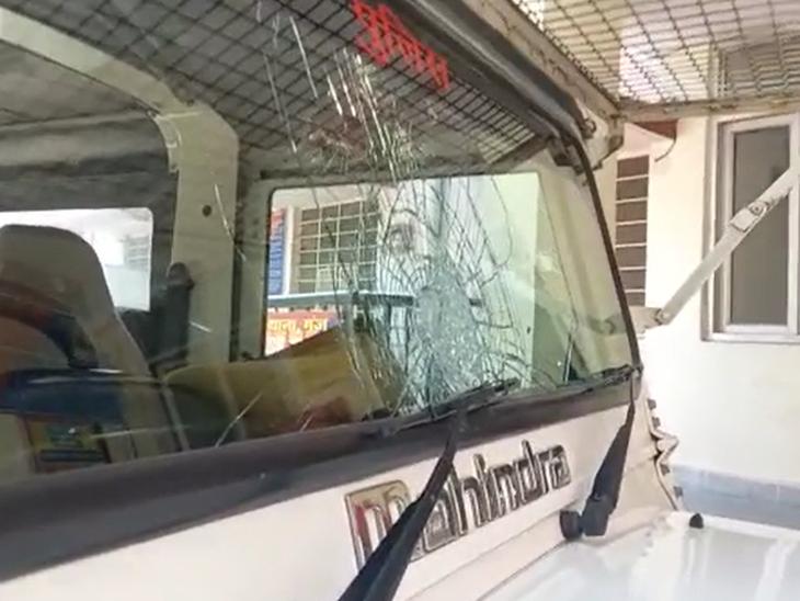 पुलिस जीप में की गई तोड़फोड़।