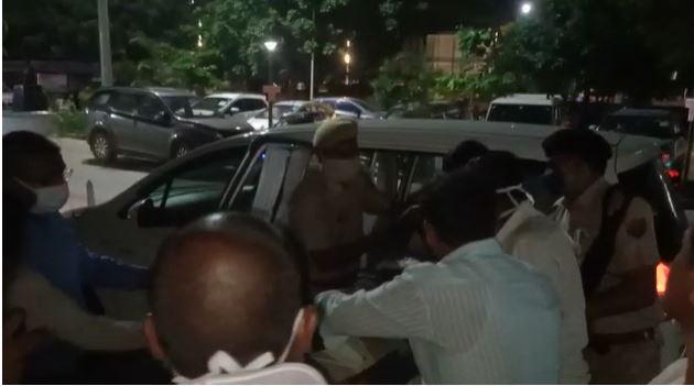 खुद के वाहन से लहूलुहान घायल को लेकर पहुंचे हॉस्पिटल, लोधा में सड़क किनारे पड़ा था युवक, हरकत में आया अस्पताल और कोतवाली स्टाफ|बांसवाड़ा,Banswara - Dainik Bhaskar
