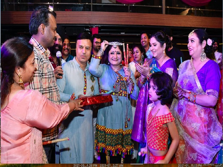 गरबा डांडिया नाइट में रंग बिरंगी परम्परागत पोशाकों में नाचते चंडीगढ़वासी