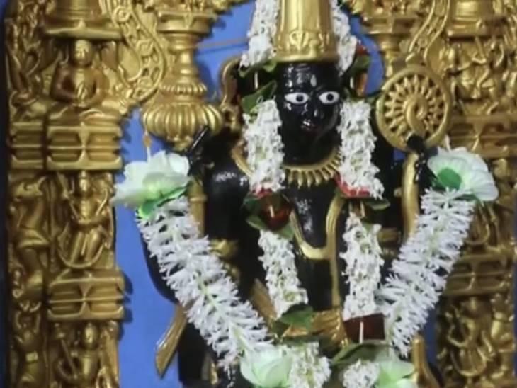 दुर्गा की प्रतिमा के बगल में स्थापित भगवान विष्णु की प्नाचीन मूर्ति