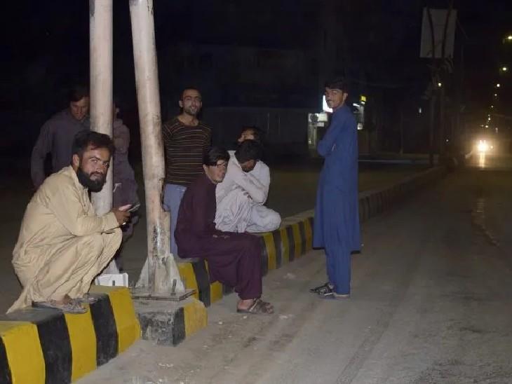 भूकंप आने के बाद सड़क के किनारे आकर बैठे लोग।